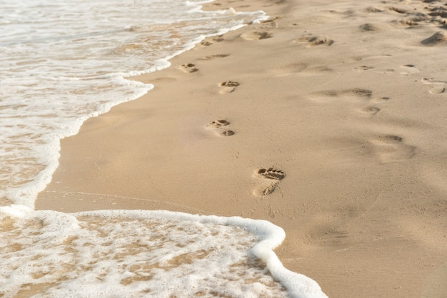 Pegadas na areia ao pôr do sol