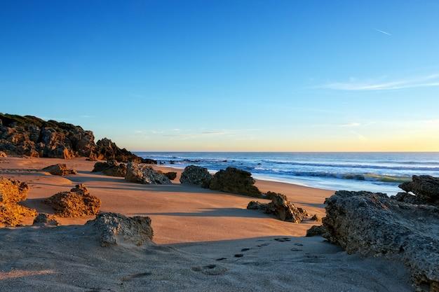 Pegadas na areia na praia de conil