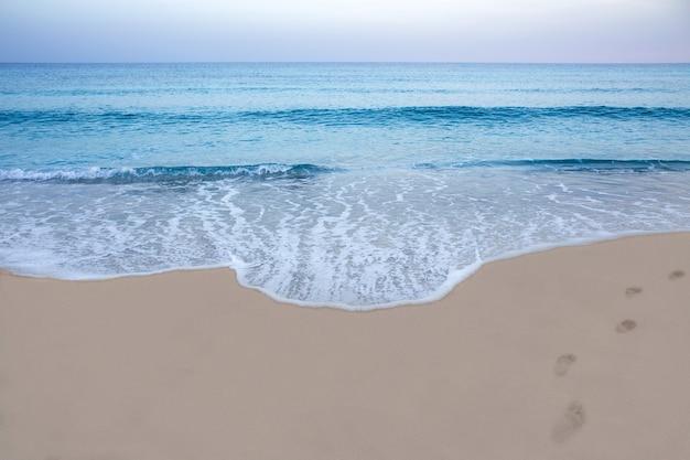 Pegadas na costa do mar mediterrâneo