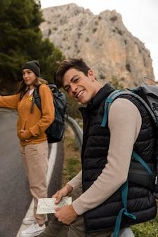 Pegando carona de carro nas montanhas