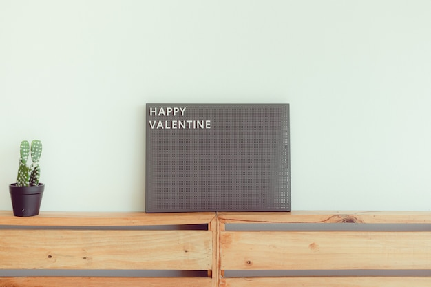 Pegboard com texto feliz dia dos namorados em conceito de amor