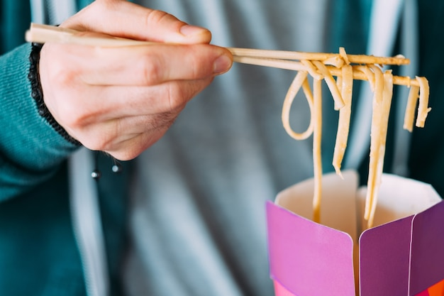 Pegue a comida. macarrão chinês no jantar de caixa. hábitos alimentares milenares
