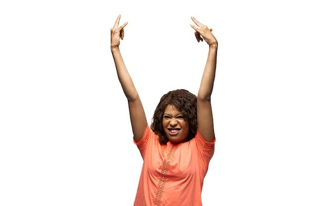 Pegue o mestre. jovem afro-americana com emoções populares incomuns engraçadas