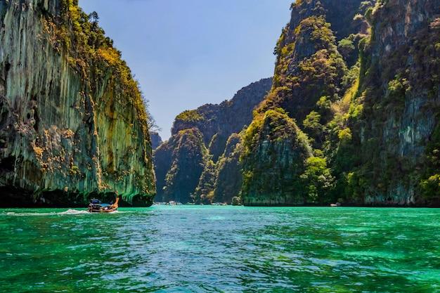 Pegue um barco para ver a beleza de phi phi leh em pileh bay e loh samah bay.
