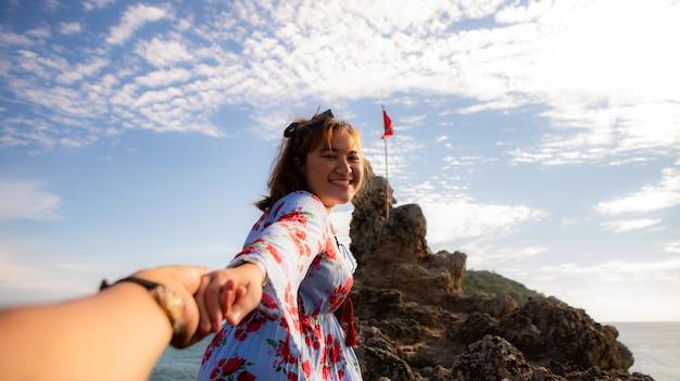 Peguei a mão da minha namorada para ir ao mar.
