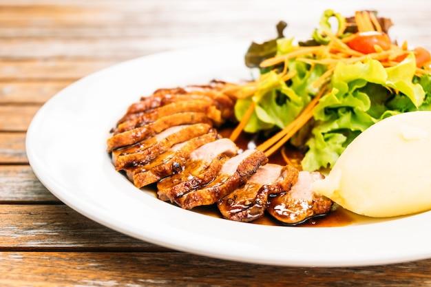 Peito de carne de pato grelhado com legumes