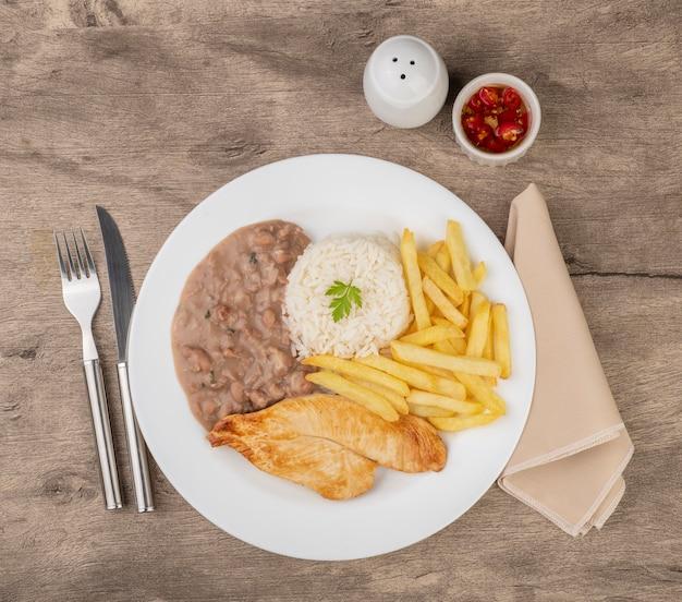Peito de frango, arroz, feijão e batata frita. prato executivo típico brasileiro.