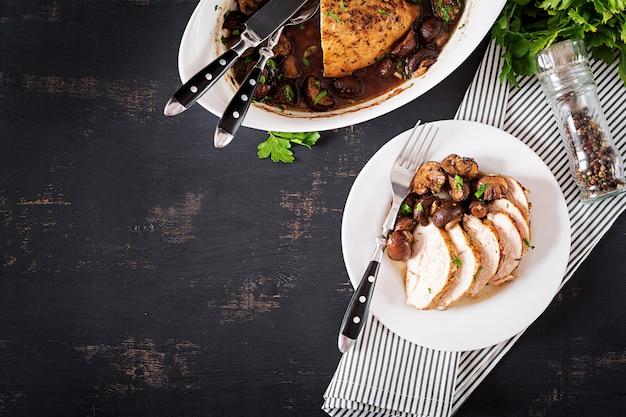 Peito de frango assado com cogumelos em molho balsâmico em cima da mesa
