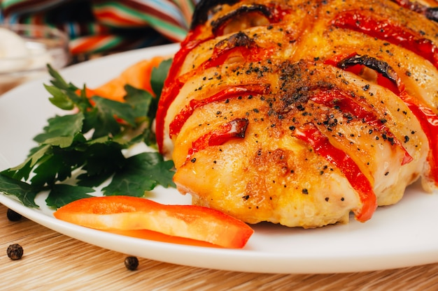 Peito de frango assado recheado com pimenta em um prato