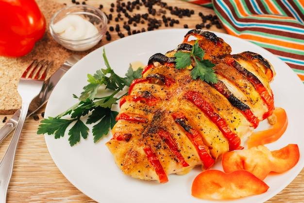 Peito de frango assado recheado com pimenta