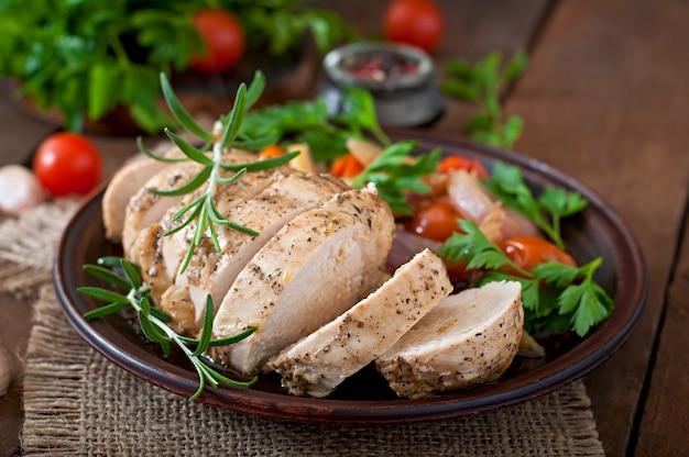 Peito de frango assado saudável com legumes em um prato de cerâmica em estilo rústico