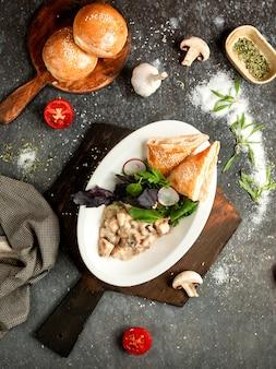Peito de frango com cogumelos em molho cremoso e pão folhado