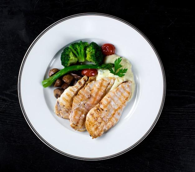 Peito de frango com legumes e purê de batatas