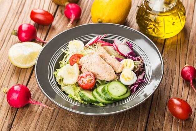 Peito de frango com salada fresca