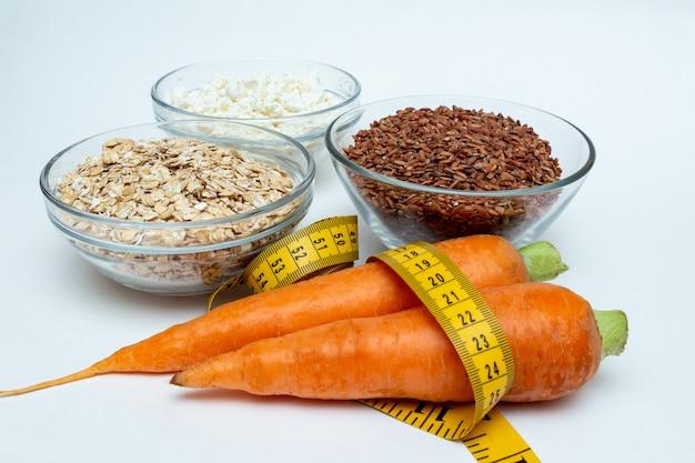 Peito de frango cru, cereais, arroz integral, fita métrica, cenoura de queijo cottage