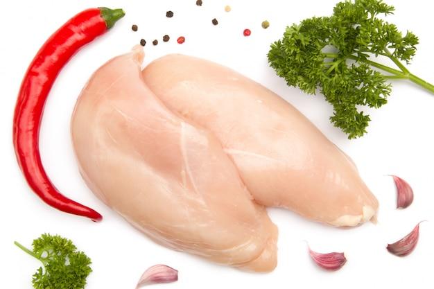 Peito de frango cru com pimenta vermelha, alho, salsa
