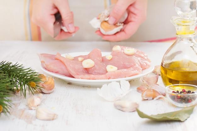 Peito de frango de preparação com alho no prato
