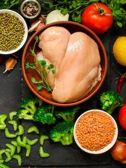 Peito de frango, filés de carne crua e outros ingredientes