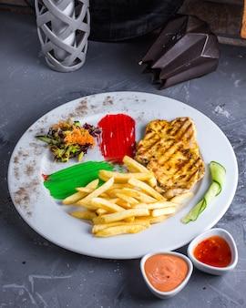 Peito de frango frito com batatas fritas