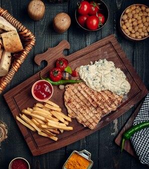 Peito de frango frito e batatas fritas vista superior