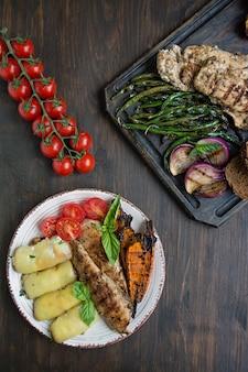 Peito de frango frito em diferentes variações com tomates cereja, verdes, pimentos de pimentão