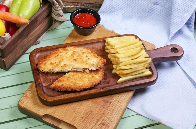 Peito de frango grelhado com batatas fritas.