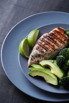 Peito de frango grelhado com brócolis