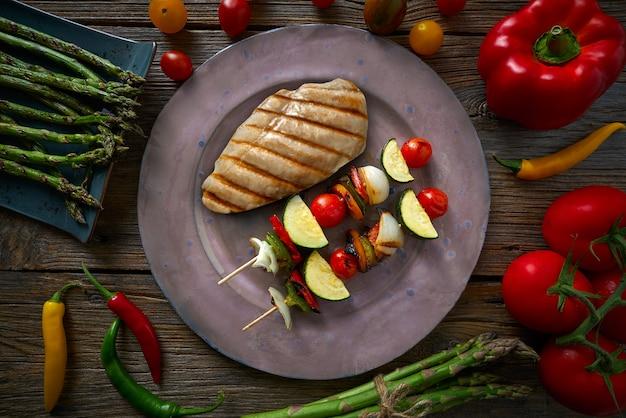 Peito de frango grelhado com legumes brochette