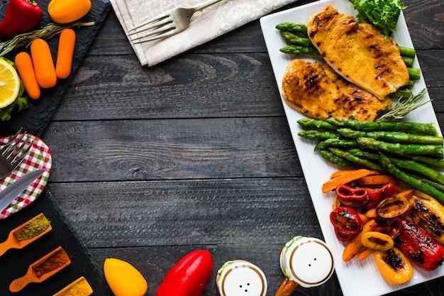 Peito de frango grelhado com legumes frescos