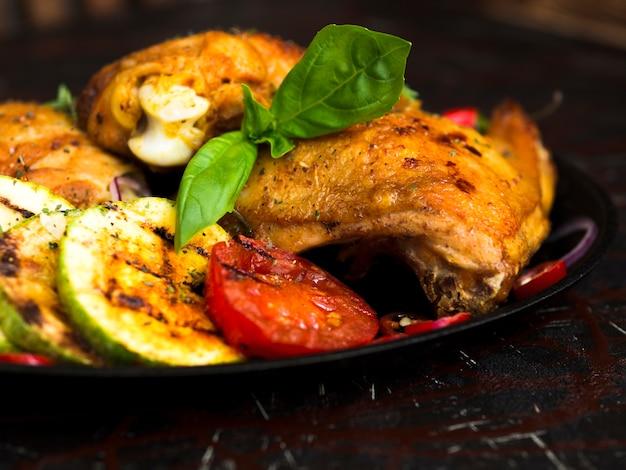 Peito de frango grelhado com legumes