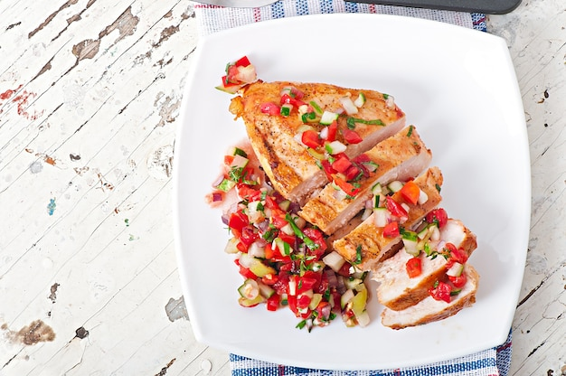 Peito de frango grelhado com molho de tomate fresco
