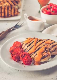 Peito de frango grelhado com molho e tomate cereja