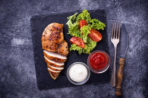 Peito de frango grelhado com salada de legumes