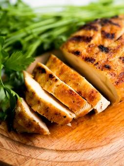 Peito de frango grelhado com salsa