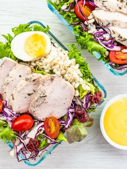 Peito de frango grelhado e salada de carne