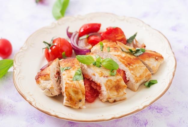 Peito de frango grelhado recheado com tomate, alho e manjericão