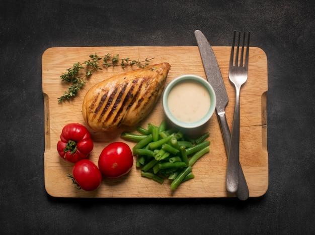 Peito de frango grelhado saudável marinado servido com legumes