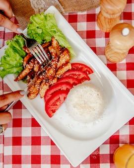 Peito de frango picado com arroz e tomate alface