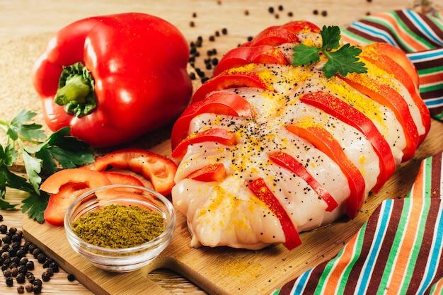 Peito de frango recheado com pimenta em especiarias, pronto para assar