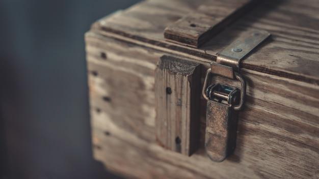 Peito de madeira velho