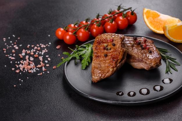 Peito de pato assado com ervas e especiarias. carne frita pronta para comer