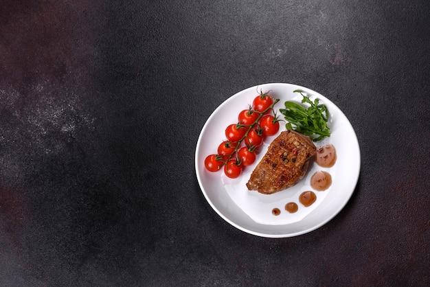Peito de pato assado com ervas e especiarias em uma mesa escura. carne frita pronta para comer