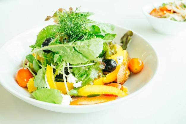 Peito de pato defumado com salada de legumes