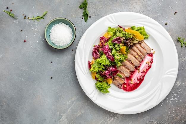 Peito de pato, filé de pato assado com molho de frutas vermelhas e salada, banner, menu, local de receita para texto, vista superior