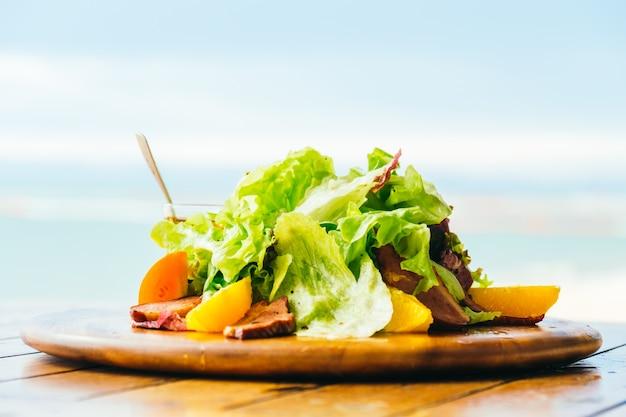 Peito de pato grelhado com salada de vegetais