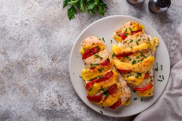 Peitos de frango assados com queijo e tomate