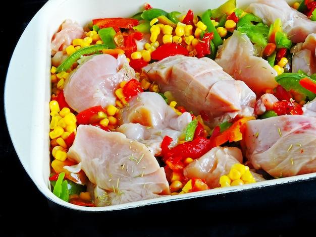 Peitos de frango com milho e legumes em estilo mexicano antes de assar
