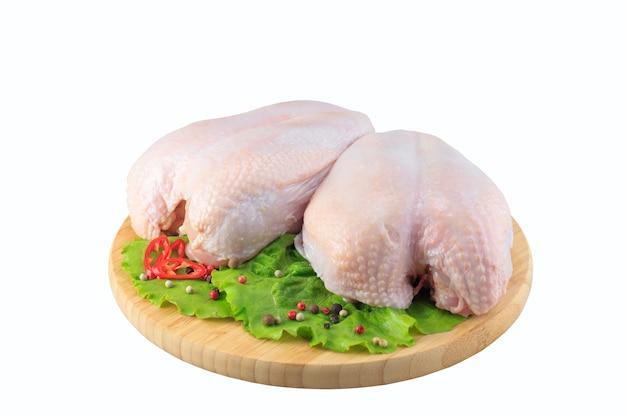 Peitos de frango crus em um fundo branco