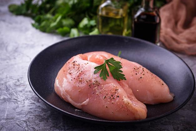 Peitos de frango crus ou filés