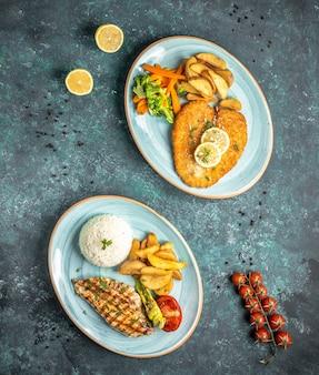 Peitos de frango fritos com arroz e batatas